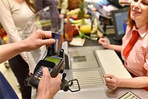 Supermarktketten ermöglichen Kunden Geldabhebung an der Kasse